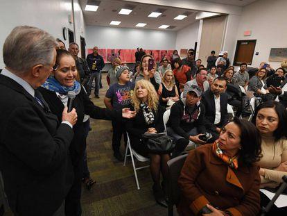 La inmigrante Martha Jiménez interviene en el foro Agenda Migrante en Los Ángeles, el sábado.