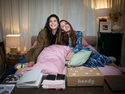Lucía González (izquierda) y Celia Arroyo, fundadoras de la firma The Needo, en casa de la última en Madrid.