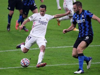 Lucas Vázquez dispara ante De Vrij durante el Inter-Real Madrid del pasado miércoles en San Siro.