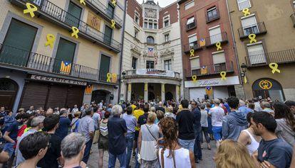 Un momento de la protesta este viernes en la plaza del Ayuntamiento de Berga.