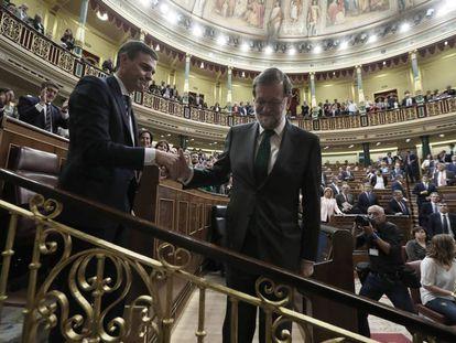 Saludo entre Rajoy y Sánchez tras la votación.