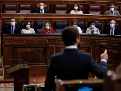 El líder popular, Pablo Casado, interpela al Gobierno durante una sesión de control en el Congreso de los Diputados.