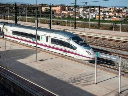 Un convoy de la línea del AVE Barcelona-Girona-Figueres, accediendo a la estación de Figueres-Vilafant.