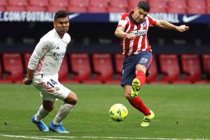 Luis Suárez remata ante Casemiro este domingo en el Wanda.