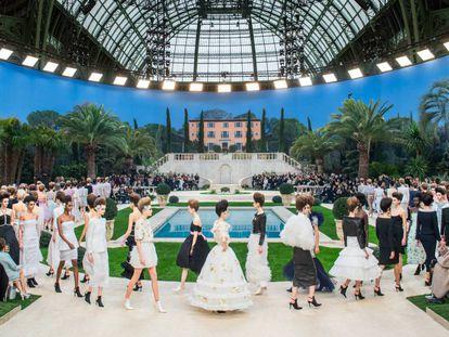 Los modelos de Chanel, en el espectacular escenario creado para el desfile.