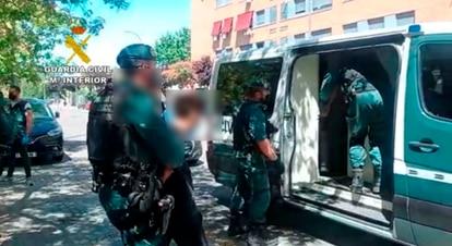Varios agentes de la Guardia Civil, durante el arresto de uno de los jóvenes en Torrejón.