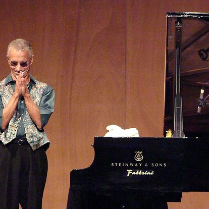 """(FILES) In this file photo taken on July 19, 2006, US musician Keith Jarrett applauds his fans at the end of a jazz concert """"Piano solo"""" at La Fenice theater in Venice as part of the Veneto Jazz 2006 event. - One of the globe's most vaunted jazz and classical pianists, Keith Jarrett, revealed on October 21, 2020, he likely won't ever perform publicly again after a series of strokes. The 75-year-old artist -- whose """"Koeln Concert"""" album is among the best-selling piano records ever -- told The New York Times that two strokes in February and May of 2018 temporarily paralyzed him. (Photo by MICHELE CROSERA / AFP)"""