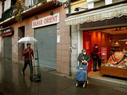 Comercios cerrados en L'Hospitalet de Llobregat (Barcelona) durante esta tercera ola de covid.