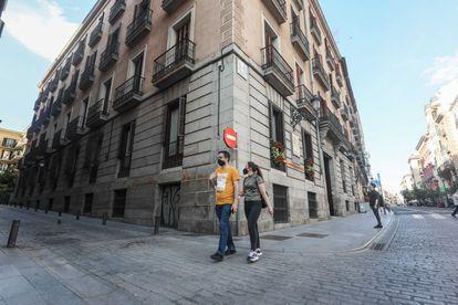 Confluencia de la calle Mayor con la de Señores de Luzón, donde se cree que está enterrado parte del cuerpo de Calderón de la Barca.