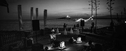 Actuación tras la puesta de sol junto a la costa de Formentera.