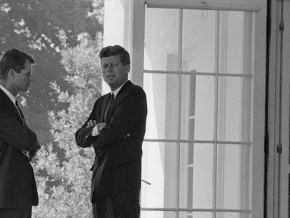 Bobby Kennedy (izquierda) junto a su hermano, en la Casa Blanca en 1962.