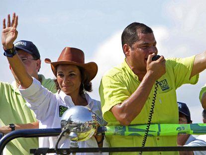 Rafael Correa y su hermana Pierina, durante un acto electoral celebrado en 2019.