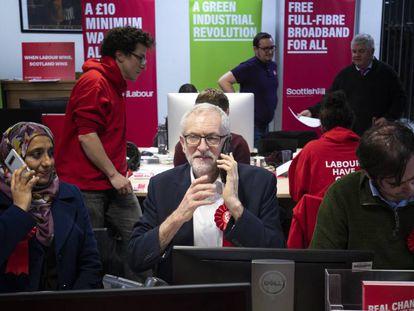 El líder laborista Jeremy Corbyn junto a militantes del partido laboral de Escocia en las oficinas de Glasgow.