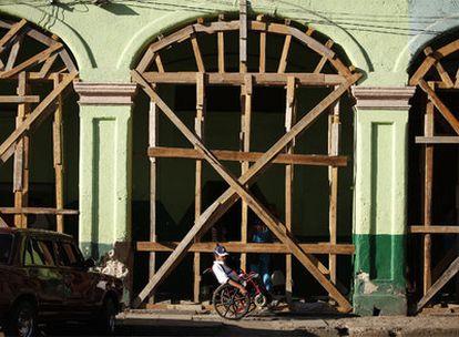Un edificio apuntalado en la Habana Vieja.
