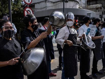 Trabajadores de restaurantes protestan para solicitar al Gobierno mexicano que se reabran sus establecimientos en Ciudad de México, en enero de 2020.