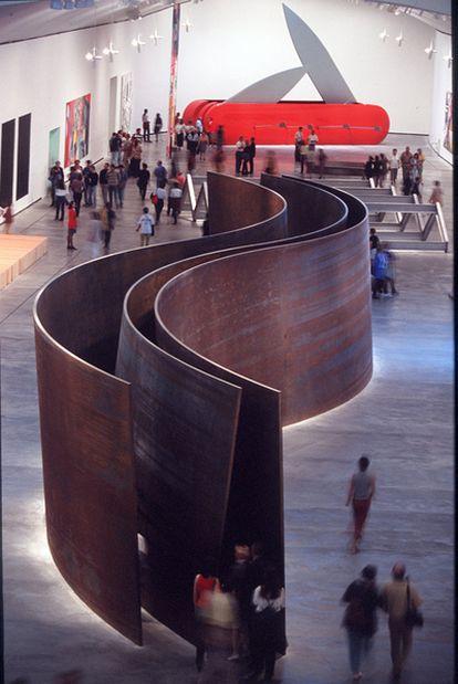 <i>Serpiente,</i> escultura de Richard Serra, en el Museo Guggenheim de Bilbao, en 1998.