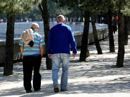 Dos jubilados pasean por la zona de Madrid Río.