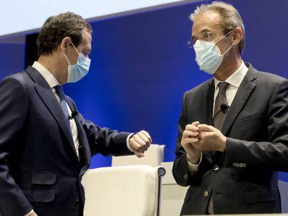 El consejero delegado de CaixaBank, Gonzalo Gortázar, junto al presidente de la entidad, Jordi Gual, durante la pasada junta extraordinaria de accionistas.