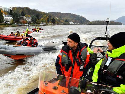 Activistas de Greenpeace protestan en el Rin durante la cumbre del cliam de Bonn.