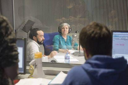 Tina Sainz, durante la grabación de 'El gran apagón' en los estudios de la Cadena SER.