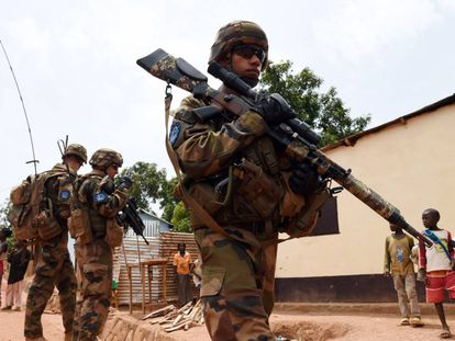 Soldados franceses y estonios, en mayo de 2014 en Bangui (República Centroafricana).