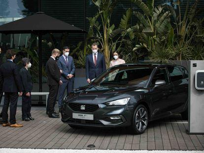 El Rey Felipe VI y el presidente del gobierno Pedro Sánchez asisten al acto del 70 aniversario de la fábrica Seat acompañados del presidente del grupo Volkswagen, Herbert Diess, y el presidente de Seat y Cupra, Wayne Griffiths, en Martorell, el 5 de febrero de 2021.