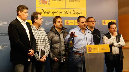 Representantes sindicales tras una de la reuniones con Fomento.