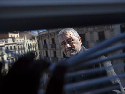 El editor Gonzalo Pontón, en el balcón de su editorial en Barcelona.