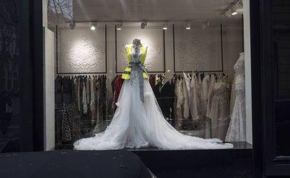 Vestido de novia de la tienda de lujo Stéphane Bianca con un chaleco amarillo.