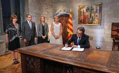 El presidente Artur Mas firmando el decreto de convocatoria del 27-S.