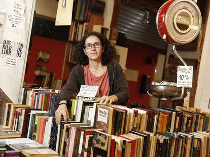 Susana Morán, fundadora de La Casquería, libros al peso, un puesto en el Mercado San Fernando en Embajadores.