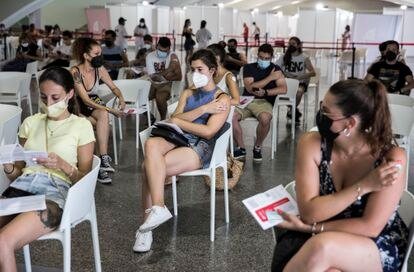 Varios jóvenes, tras recibir la primera dosis de la vacuna, este miércoles en la Ciudad de las Artes y las Ciencias de Valencia.