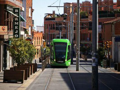 El tranvía de Parla a su paso por ell centro de la localidad.
