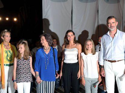 Los Reyes junto a sus hijas, la princesa Leonor y la infanta Sofía, y la infanta Elena, la reina Sofía y la infanta Elena, en el concierto de Ara Malikian en Mallorca.