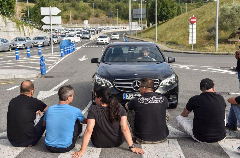 Varios taxistas, en el aeropuerto de Bilbao durante la huelga de taxis de septiembre contra el reglamento VTC.
