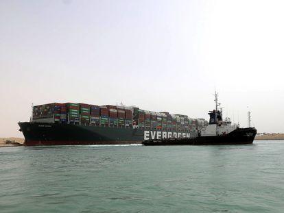 El buque 'Ever Given' en el canal de Suez.