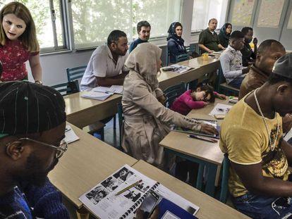 Inmigrantes y refugiados de distintas nacionalidades acuden a clase de inglés en el Centro Multifuncional de Cruz Roja en Atenas.