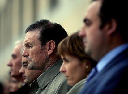 El <i>lehendakari</i>, Juan José Ibarretxe, durante la concentración en Vitoria en repulsa por el asesinato de un guardia civil a manos de un <i>comando</i> de ETA.
