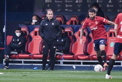 Arrasate observa a Rubén García en un partido de Osasuna.