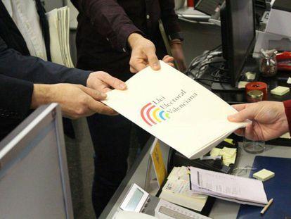 Entrega de la proposición de ley electoral valenciana presentada este miércoles.