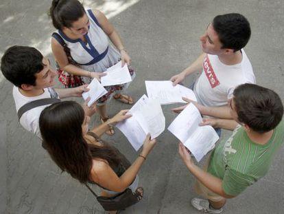 Alumnos de Bachillerato de excelencia recogen las notas de fin de curso.