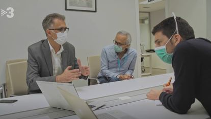 Oriol Mitjà (derecha) y Bonaventura Clotet (centro) en una imagen del documental de TV3 sobre su ensayo clínico.