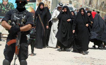 Un miembro de las fuerzas de antiterrorismo vigila un colegio electoral del distrito de Ciudad Sader (Bagdad).