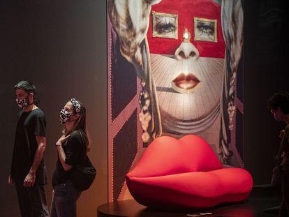 Adrià y Helena visitan la exposición sobre surrealismo de CaixaForum Barcelona el primer día de reapertura de todos los centros de La Caixa.