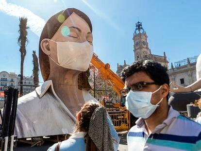 La falla de la Plaza del Ayuntamiento, de Valencia cubierta con una mascarilla, el pasado marzo.
