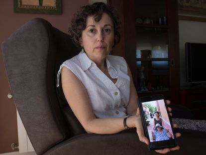 Belen García posa este viernes junto a una foto de su madre, en su casa, en Murcia.