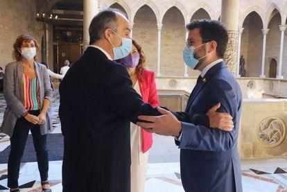 El presidente de la Generalitat, Pere Aragonès (derecha), saluda al 'exconseller' Jordi Turull, en el Palau de la Generalitat.
