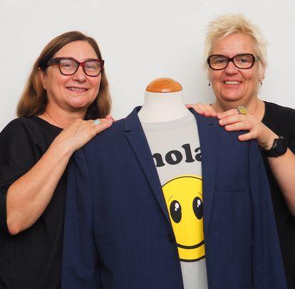 """Marina Vergés (izquierda) y Carolina Asensio, fundadoras de Free Form Style, posan en su taller. """"Nos piden muchas cosas a medida. Y nosotras estamos encantadas de probar y probar, mano a mano con nuestros clientes. Así creamos estándares de los que todo el mundo se puede beneficiar"""", afirman. CEDIDA"""