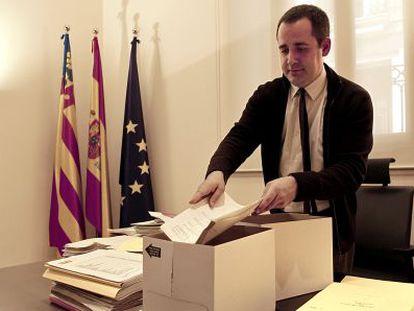 Jorge Alarte, en el momento de recoger sus pertenencias en el despacho de portavoz parlamentario socialista.
