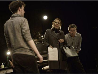 Emma Vilarasau y Jordi Boixaderas interpelan a Francesc Ferrer, en La Villarroel.